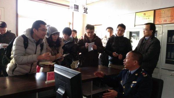 榆树林子工商分局工作人员在向记者们介绍工商注册
